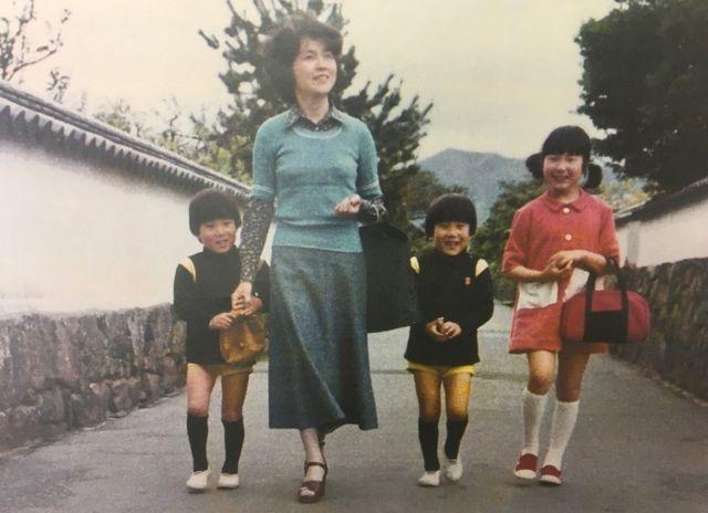 Молода Сакіє Йокота зі своїми дітьми