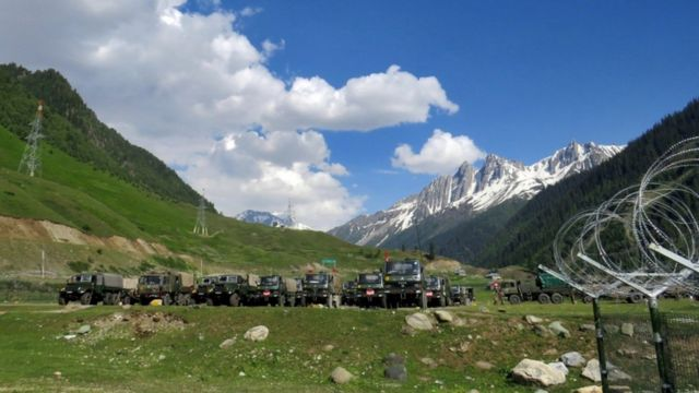 A group of army troops heading to Ladakh outside the town of Bardar in Srinagar, Indian-controlled Kashmir, parked for a rest (16/6/2020)