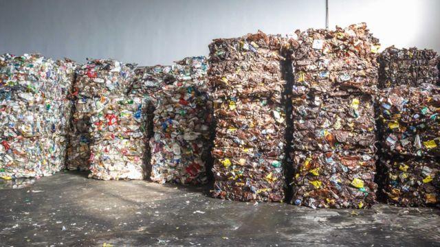 Montanhas de plástico prensado