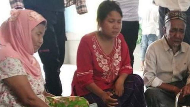 24일 숨진 아이의 유족들이 모여 애도하고 있다