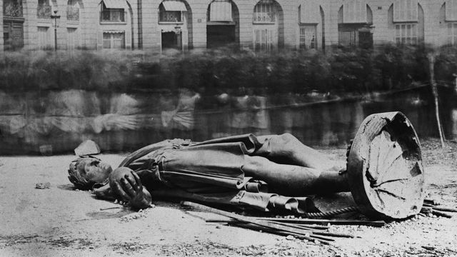 Демонтована статуя Наполеона в Парижі