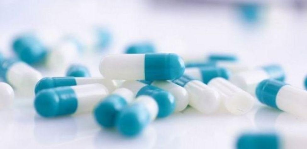Comprimidos azuis e brancos sobre uma mesa