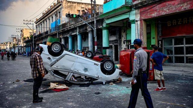 Autos volcados durante las protestas en Cuba.