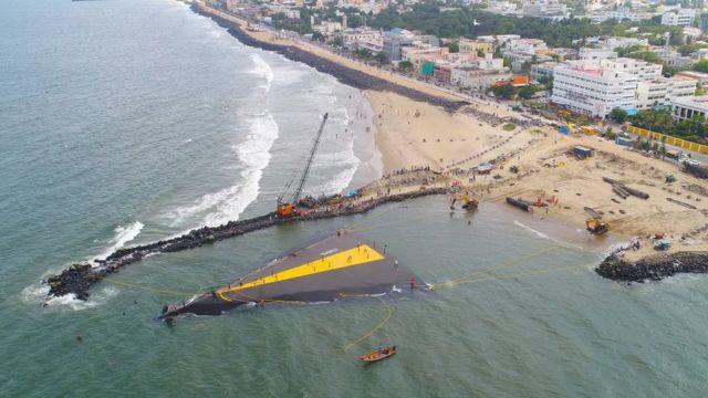 یہ مصنوعی چٹان کا ڈھانچہ ساحل سے باہر نکالا گیا تھا۔ تب سے اس نے سمندر میں ساحل کے کٹاؤ کے عمل کو سُست کیا ہے