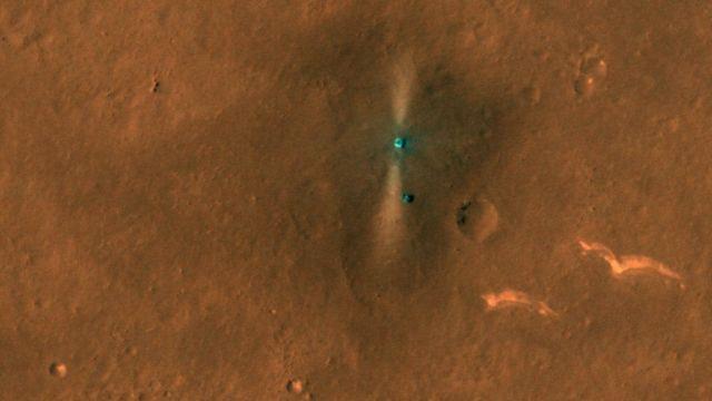 मंगल ग्रह की कक्षा से नासा के सैटेलाइट के ज़रिए ली गई रोवर और लैंडिंग प्लेटफार्म की तस्वीर