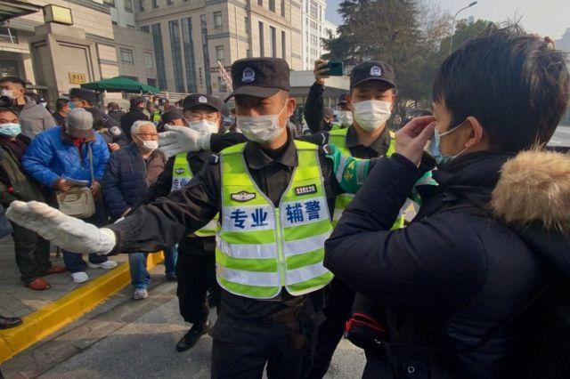 警察阻止记者和路人拍摄。