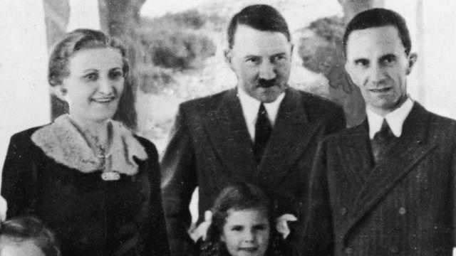 Adolf Hitler con el matrimonio Goebbels