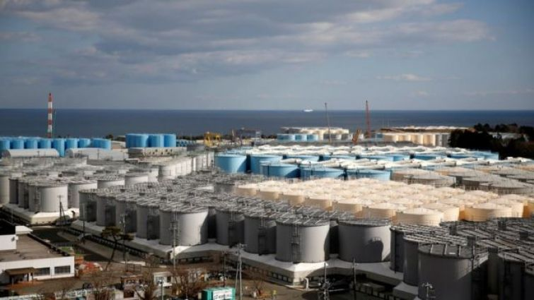 Tanques de armazenamento de água radioativa na usina nuclear de Fukushima