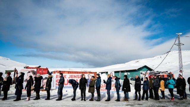 Votantes hacen fila fuera de un centro de votación en Nuuk.