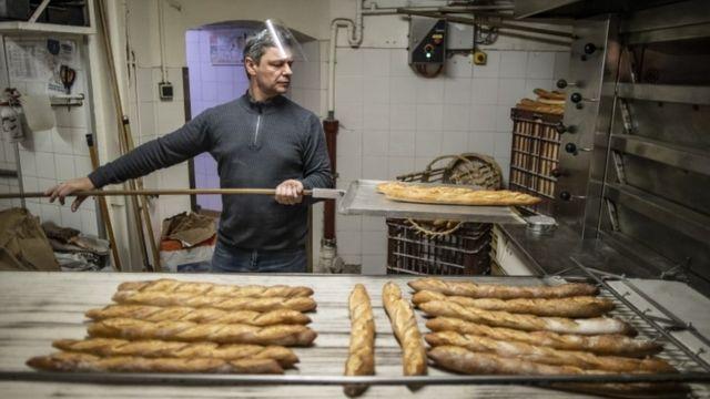 프랑스에서는 장인이 만드는 빵이 거대 조립 라인에서 생산되는 빵으로 대체되고 있다는 우려가 나오고 있다