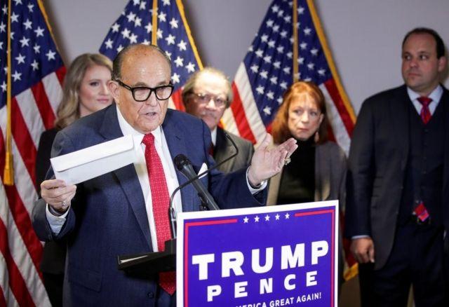 Rudolph Giuliani en una conferencia de prensa