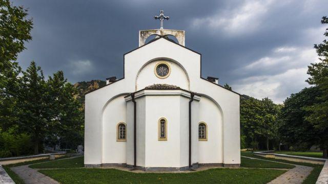 Каплиця Святої Параскеви, біля якої похована Баба Ванга. Каплиця знаходиться у селі Рупіте, неподалік від якого жила у містечку Петрич Баба Ванга