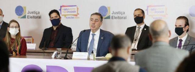 Presidente do TSE, Barroso, fala a jornalistas