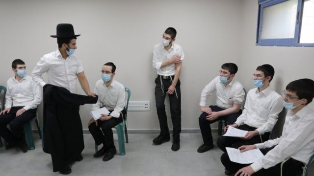 مجموعة من المتشددين ينتظرون تلقي اللقاح