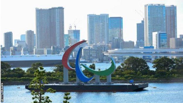 El símbolo Agitos en Tokio.