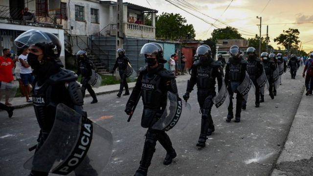 Fuerzas policiales cubanas desplegadas en las calles de La Habana el lunes.