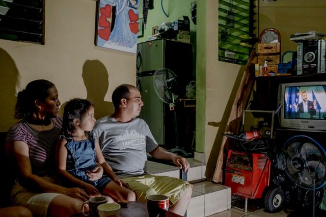 Familia salvadoreña viendo a Bukele hablar en cadena nacional el 4 de mayo de 2021.
