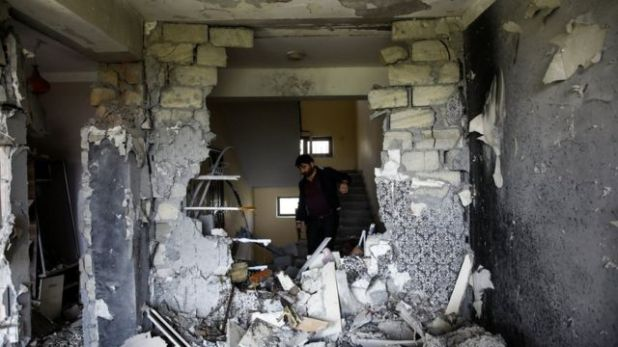 رجل يتفقد منزله المدمر في أذربيجان