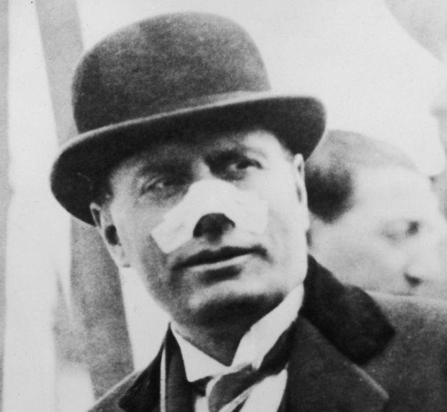 Mussolini oo uu ka muuqdo dhaawicii xabbadda