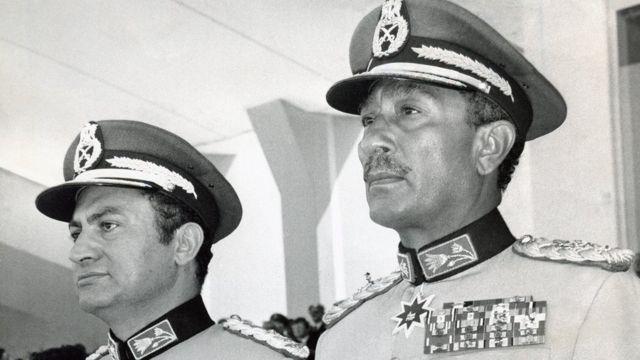 مبارك (يسار) والسادات