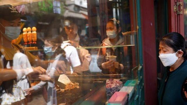 سيدة ترتدي كمامة في العاصمة الصينية بكين