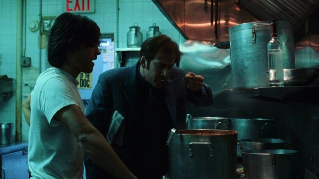 """Ніколас Кейдж пробує борщ, який готує Джаред Лето у фільмові """"Збройний барон"""" (2005)"""
