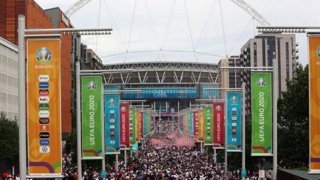 Fans a la entrada de Wembley
