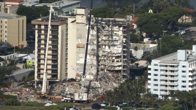 Vista distante del edificio derrumbado en Surfside