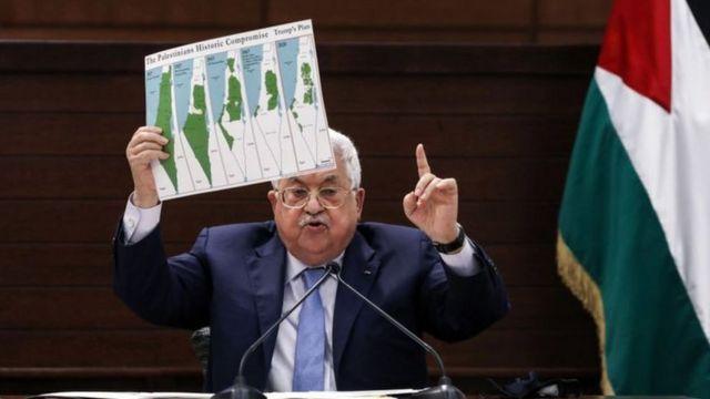 أبو مازن يحمل خرائط لفلسطين