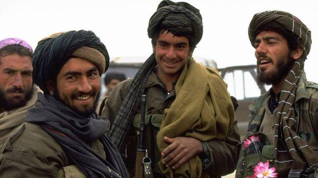 """탈레반은 파슈토어로 """"학생""""이라는 뜻으로, 1990년대 초 파키스탄 북부에서 소련군의 아프간 철수 후 등장했다"""