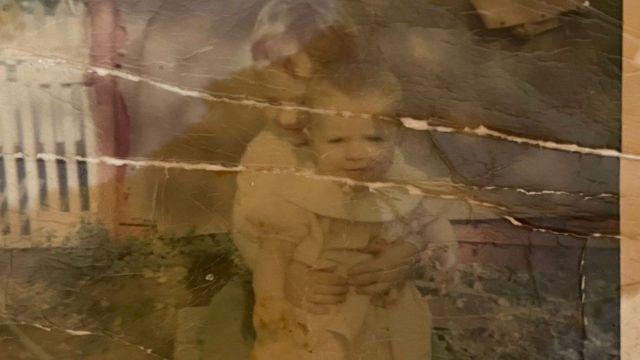 Rob'un elinde Shawna'dan kalan bir kaç hatıradan biri bu çocukluk fotoğrafı
