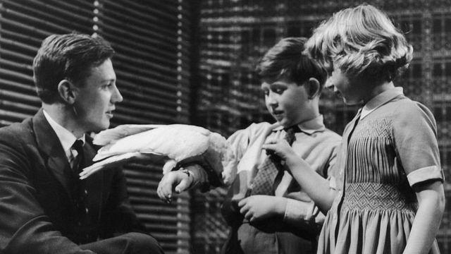 David Attenborough fotografado ao lado do jovem príncipe Charles e da princesa Anne