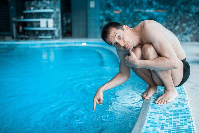 Chico sin muchas ganas de meterse a la piscina