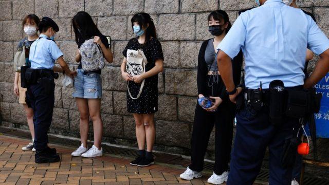 香港高等法院外警员拦查多名年轻女子(30/7/2021)