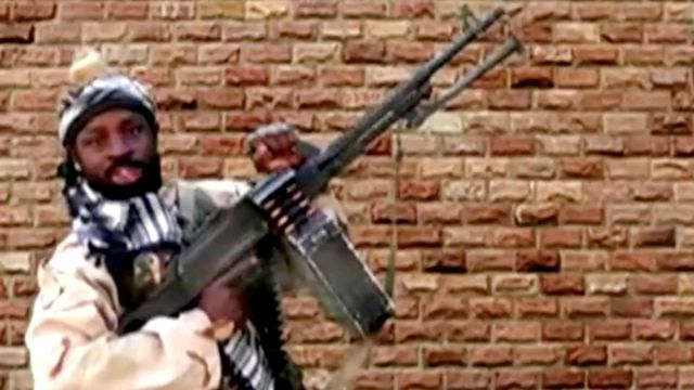 Le chef de Boko Haram, Abubakar Shekau, tient une arme dans un lieu inconnu au Nigeria.