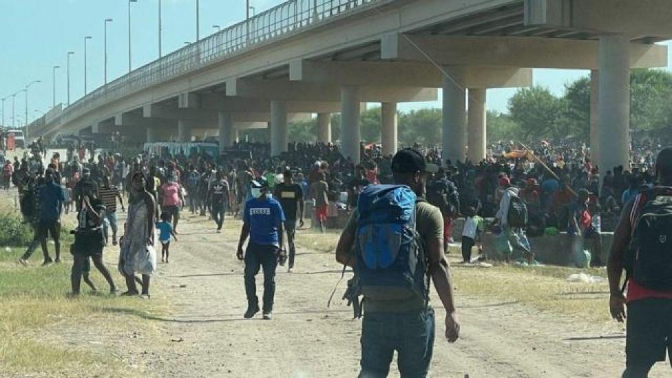 Los migrantes bajo el puente internacional de Del Rio el 16 de septiembre de 2021