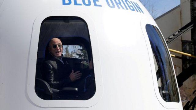 Безос в кабине Blue Origin
