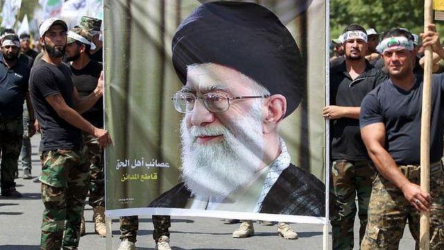 عراقيون يحملون صورة خامنئي