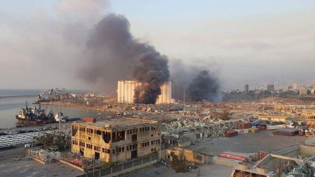 Una imagen de un celular muestra el enorme humo que sobresale de la zona de explosión en Beirut.