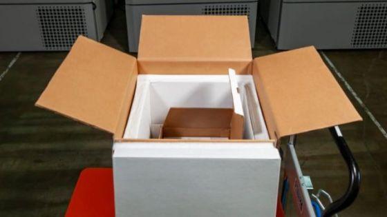 Foto de uma caixa de papelão em cima de um carrinho