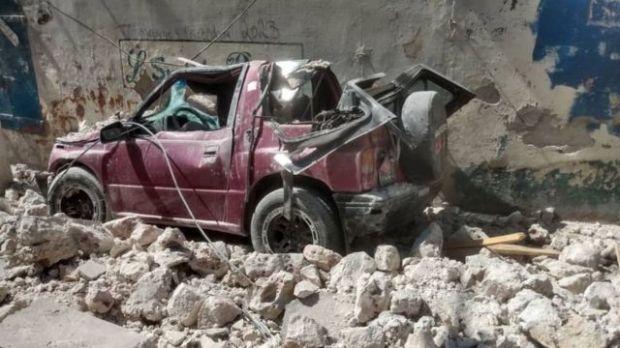 Un auto destruido tras el terremoto en Haití.