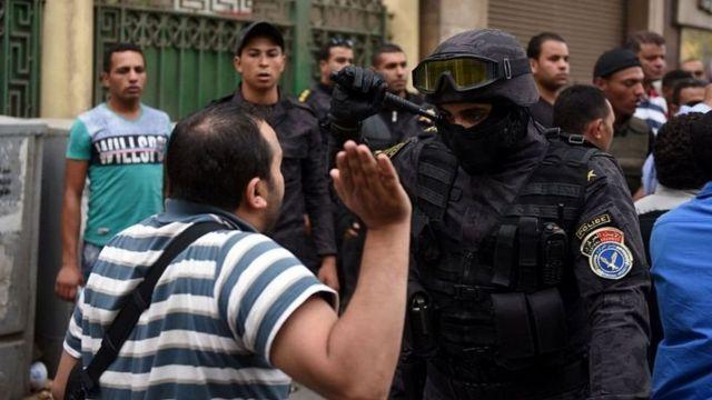 ينتقد البعض استمرار الإغلاق الكامل للحياة السياسية وتكبيل المعارضة في مصر