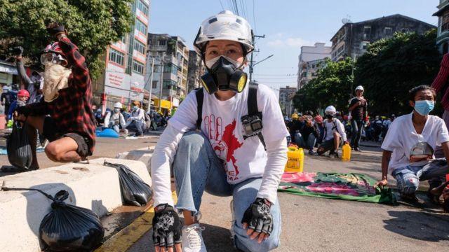 미얀마의 젊은 세대는 SNS로 시위 현장을 전 세계에 생중계하며 현황을 알리고 있다