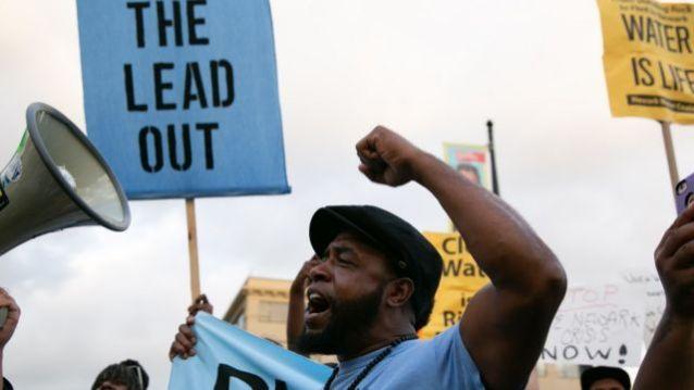 Protestos em Newark (Nova Jersey) em 2019 por causa dos altos níveis de chumbo na água de canos de chumbo