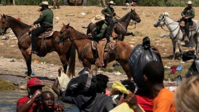 Agentes fronterizos a caballo