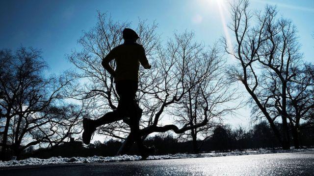 Homem correndo na neve