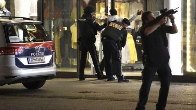 عناصر من الشرطة في فيينا تفتش مشتبها به