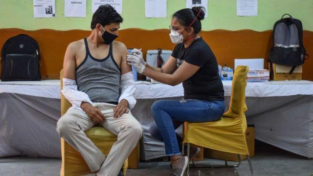 دہلی میں چار جون کو دی جانے والی ویکسین کی تصویر