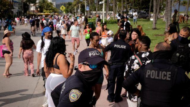 Calle de Miami Beach con policías y turistas