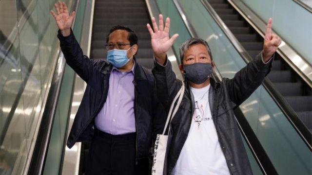 """何俊仁和李卓人提出了""""五一""""手势。"""